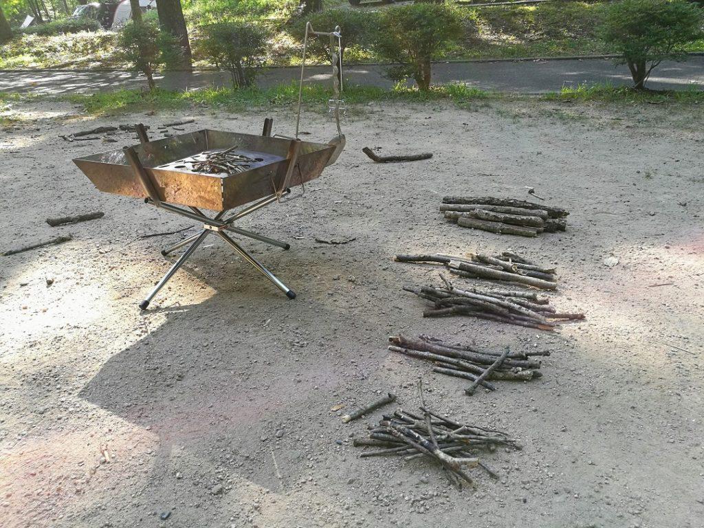 焚き火で使う木はキャンプ場で拾う