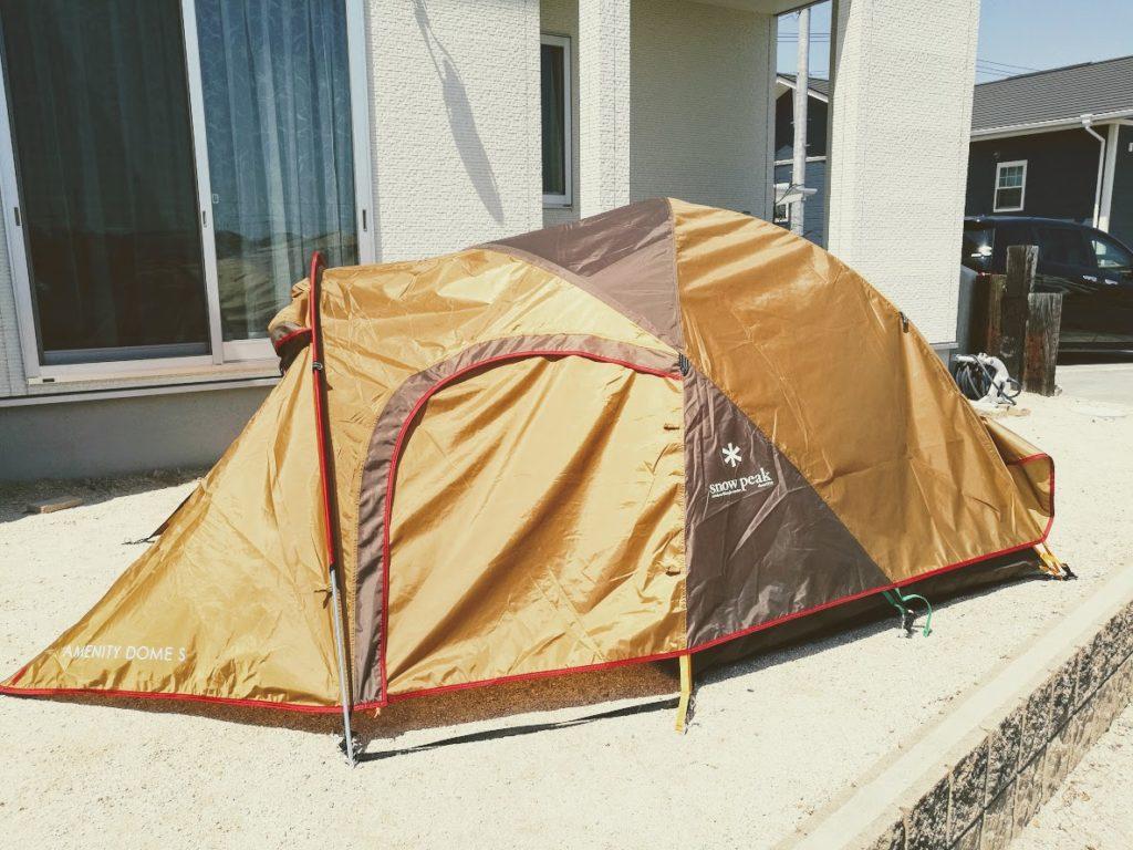 テントを庭に組み立てて乾かす