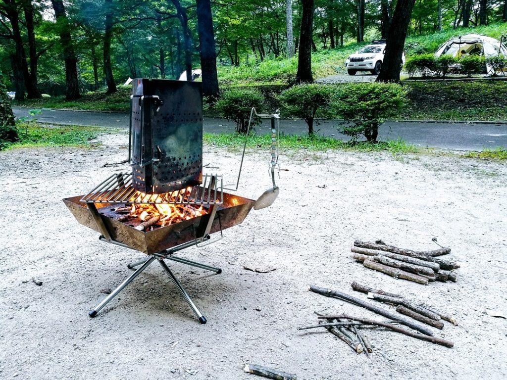 キャンプ場で拾ってきた木で火起こし